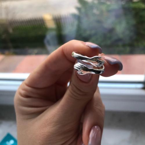 Stříbrný prsten ve tvaru objetí photo review
